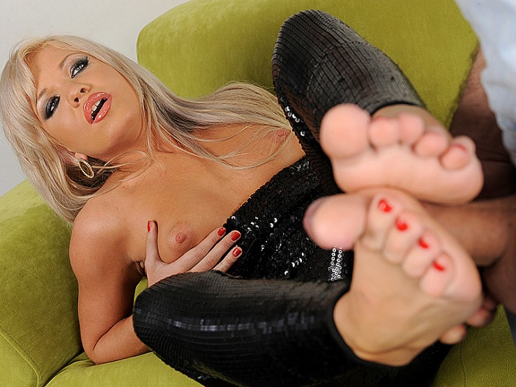 Slide that dick between my arches!