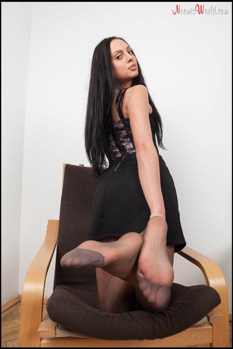 Devon loves to pose her sexy soles!
